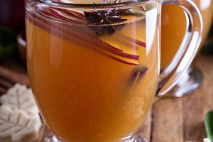 Mulled apple cider with little cookies
