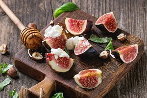 Figs with ricotta cheese