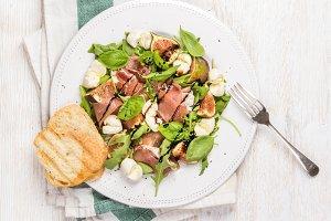 Prosciutto, arugula & figs salad