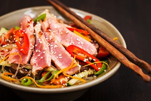 Grilled tuna and rice noodles
