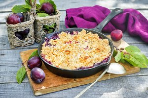 Plum crumble with oatmeal