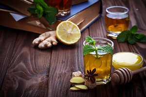 Drink with lemon, ginger and honey