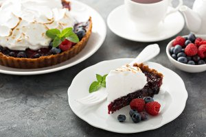 Berry tart with meringue