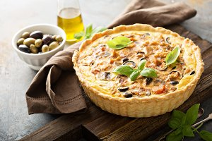 Quiche with eggplant, chicken and olives