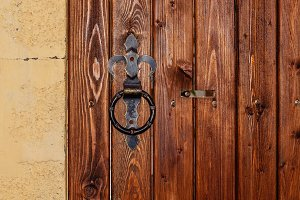 round handle on wooden door