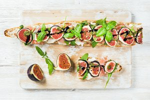 Baguette sandwich with prosciutto
