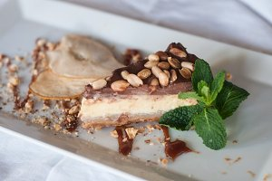 Cheesecake with peanuts