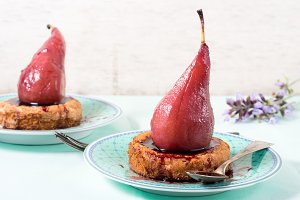 Tartlets with pears in wine sauce