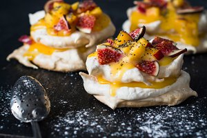 Pavlova with lemon curd and figs