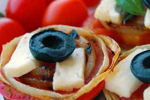 Zucchini slices with tomatoes
