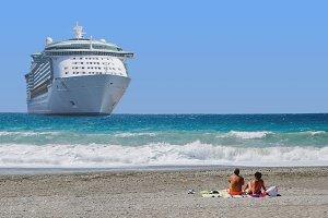 Cruise ship in teh beach