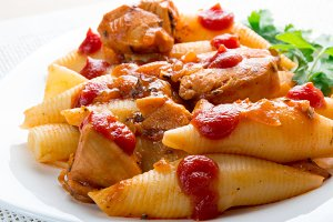 Conchiglioni pasta and turkey meat