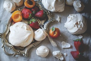 Meringue with berries