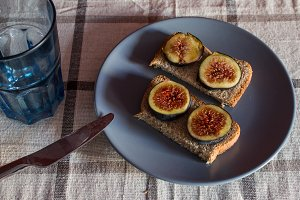 Sandwiches with figs