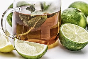 Tea with mint and limes