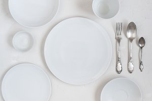 The table with empty white plates