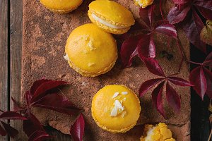 Macaroons with white chocolate
