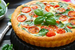 Quiche with tomatoes and spinach