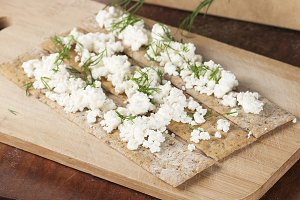 Crisp bread with curd and dill