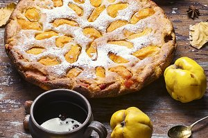 Pie with autumn quinces