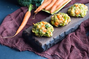 Vegetarian bites with carrots and broccoli