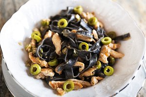 Black pasta with chicken and green olives