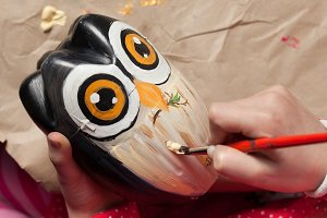 Making and owl craft from bottle