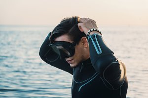 Diver putting on a mask
