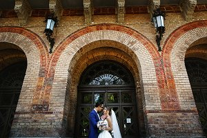 Couple in the wedding day under arch
