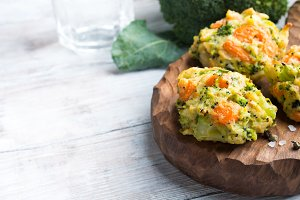 Vegetarian patties with carrots and broccoli