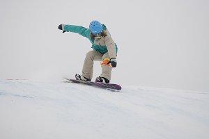 Descent snowboarder