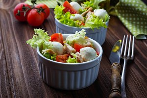 Salad with tomato and mozzarella