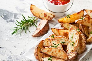 Roasted potato wedges with rosemary and tomato sauce