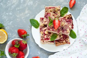 Strawberry pie with crumble.