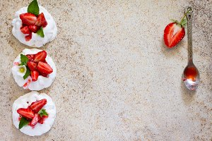 Pavlova meringue cake
