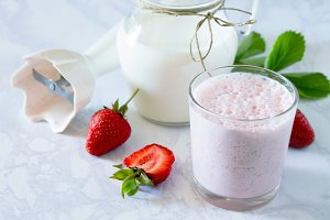 drink smoothies with strawberries