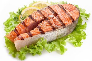 Grilled salmon with lemon slices