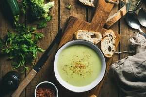 Cream soup with fresh baguette