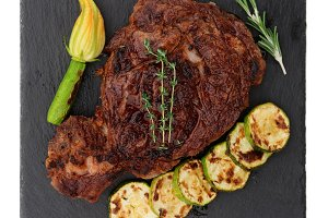 Rib-eye steak vith vegetables