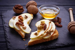 Toasts with apple and walnuts