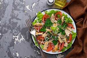 Salad with chicken and tomato