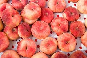 Display of flat or doughnut peaches