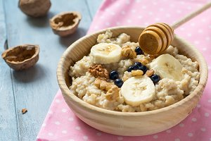 Oatmeal with bananas and walnuts