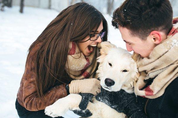 Young couple having fun in winter p…