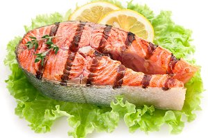 Grilled salmon and with lemon slices