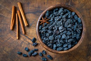 Black raisins and spices
