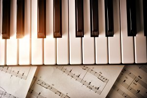 Piano keyboard with shine and scores