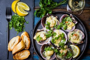 Baked scallops with lemon, cilantro, bread and white wine