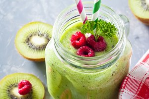 Green smoothie and ingredients.
