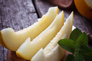 Sliced melon with mint
